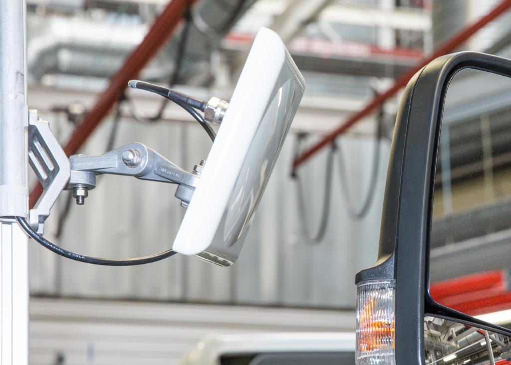 Az RFID olvasó rádióhullámokkal aktiválja a címke információhordozó chipjét