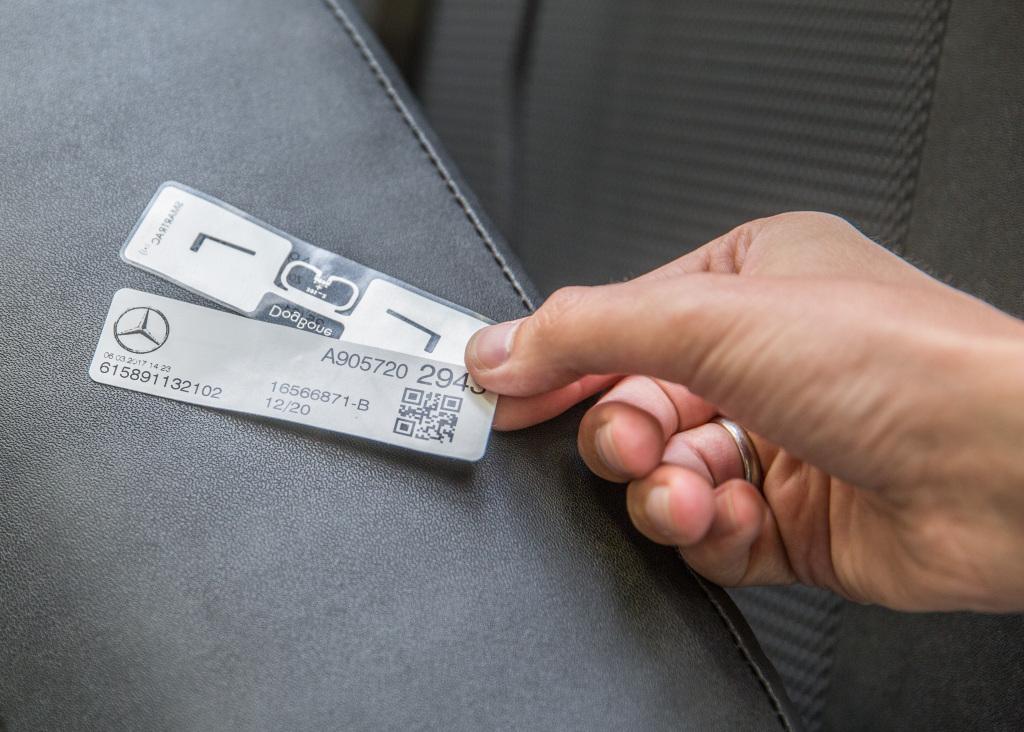 RFID címkék a Daimler gyárában: elő- és hátoldali nézet