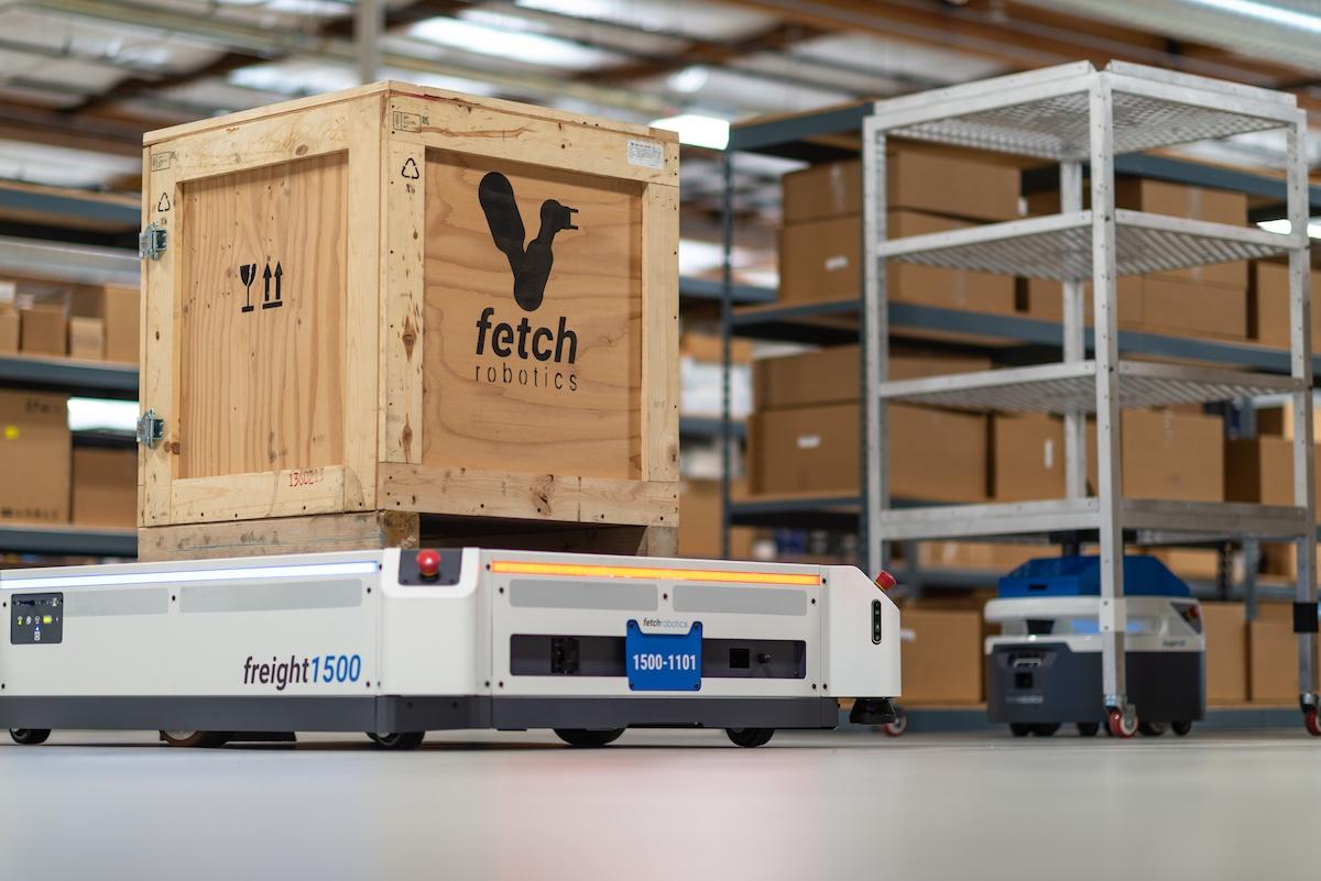 Fetch-Robotics-Freight-Cart.jpg – A Fetch Robotics AMR-jei paletták és polcok automatizált mozgatásához
